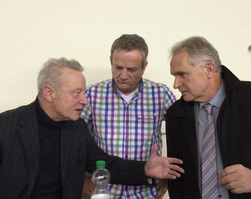 Roma Franz (links) und Bürgermeister Wilhelm Wiggenhagen (rechts) sowie Daniel Sodenkamp (AfD) in der Mitte