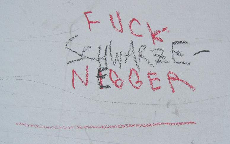 Rassistische Schmiererei an einer Häuserwand