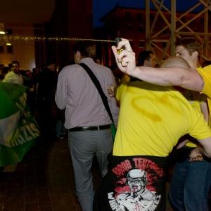 Reizgasattacke durch Nazis vor dem Dortmunder Rathaus: Grüne bringen sich hinter einem Transparent in Sicherheit. (Foto: Alexander Völkel)