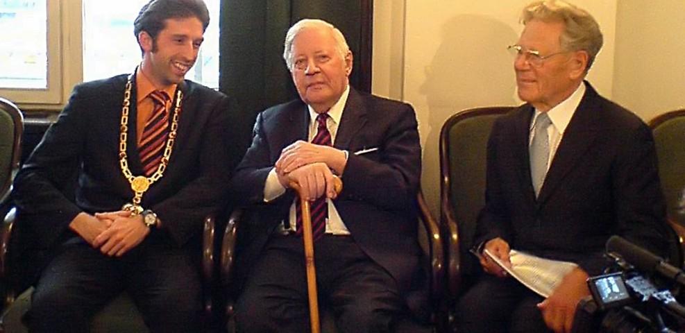 Helmut Schmidt (Mitte) vor seiner Weltethos-Rede in Tübingen zusammen mit Hans Küng (rechts) und Boris Palmer (links), 2007