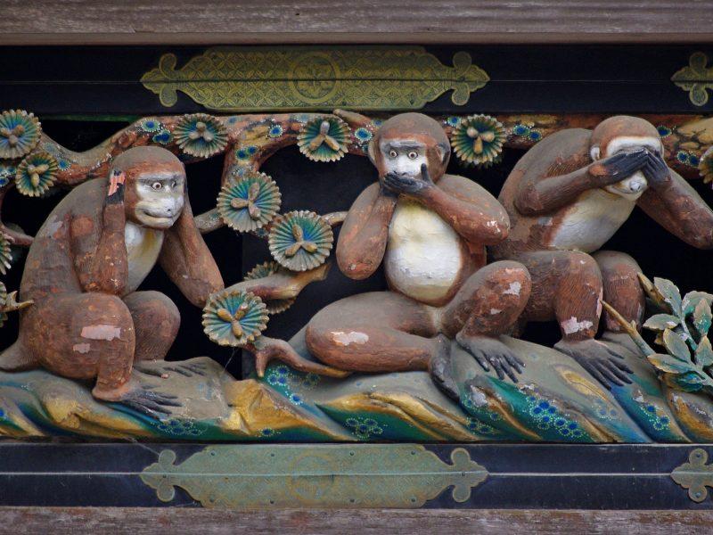 Die berühmten drei Affen von Nikkō: nichts (Böses) sehen, nichts (Böses) hören, nichts (Böses) reden