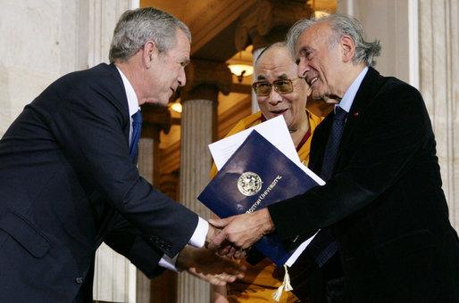 Elie Wiesel mit dem Dalai Lama beim Empfang eines unbekannten US-Präsidenten.