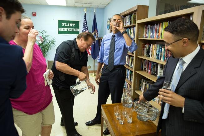 Präsident Obama trinkt gefiltertes Wasser in Flint