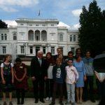 Bundespräsident Frank-Walter Steinmeier mit Schülern vor der Villa Hammerschmidt