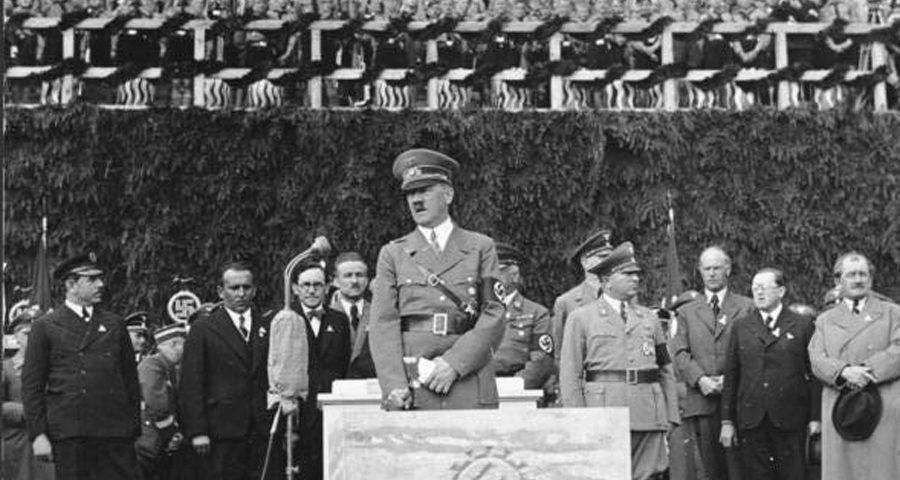 Die Grundsteiunlegung durch Adolf Hitler für das spätere VW Werk Wolfsburg