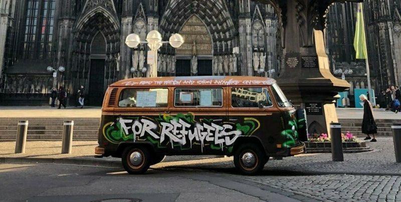 VW Bulli vor dem Kölner Dom