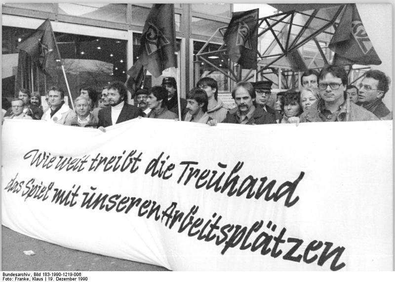 Stahlarbeiter protestieren 1990 vor dem Gebäude der Treuhand