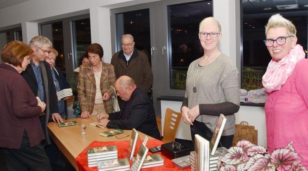 """Klaus Vater signiert sein neues Buch """"Bergstraße"""""""