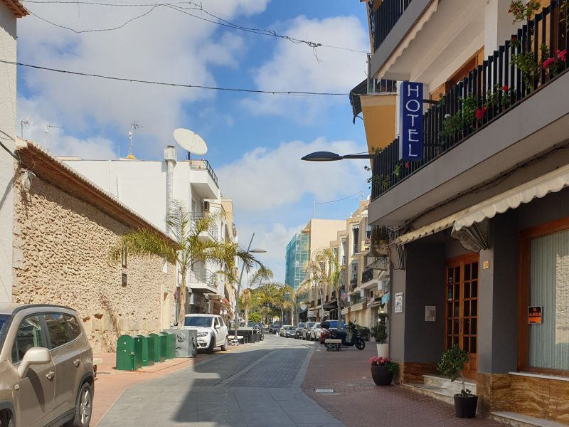Spanien - menschenleere Straße in der Sonne