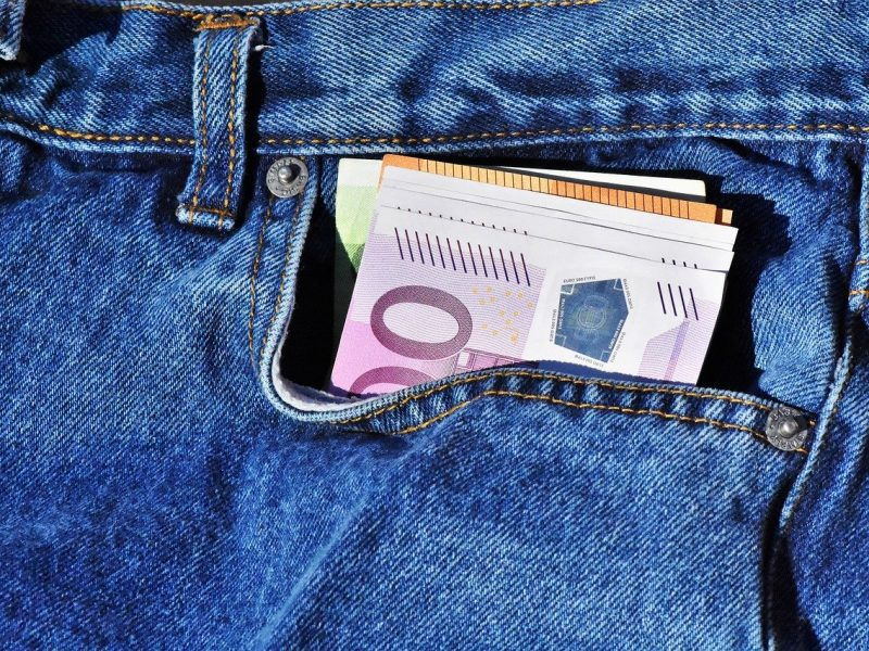 Geld in die Tasche stecken