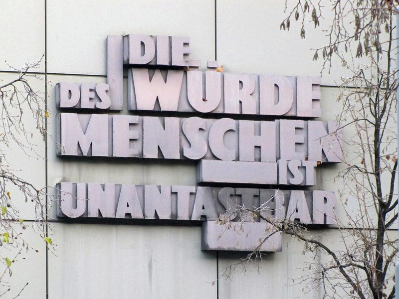 Menschenwürde - Fassade Landgericht Frankfurt