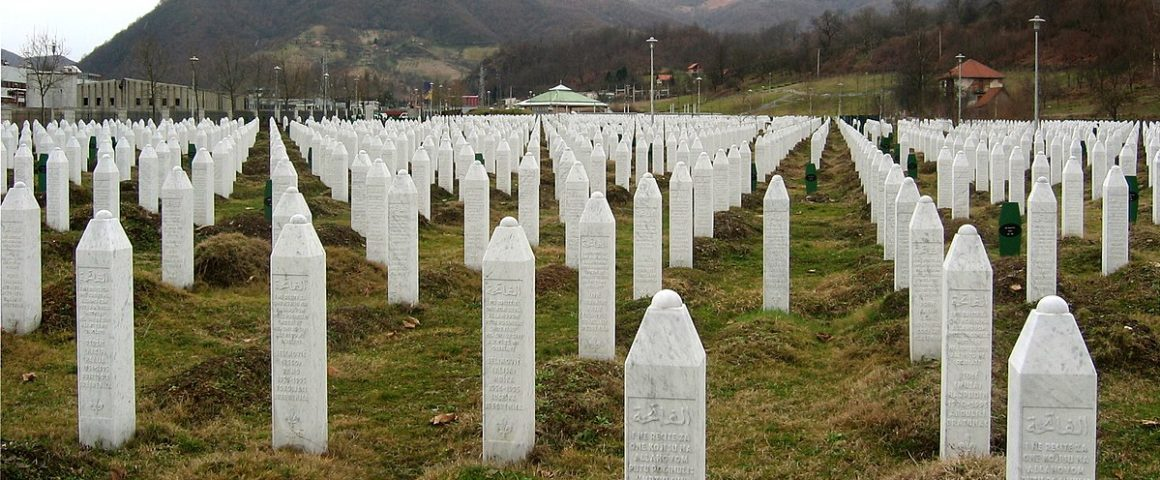 Grabsteine des Massakers von Srebrenica