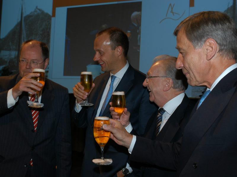 Wolfgang Clement mit Bier und politischen Wegbegleitern