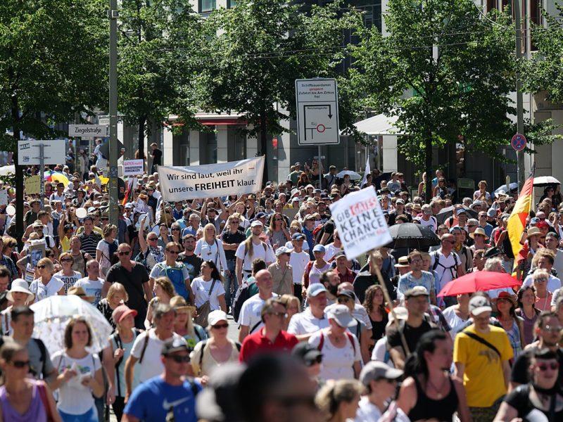 Verschwörungstheoretiker und Rechtsextremisten demonstrieren in Berlin