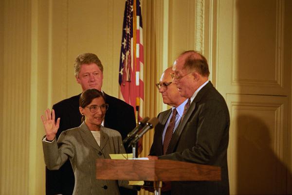Ruth Bader Ginsburg bei ihrer Vereidigung 1993