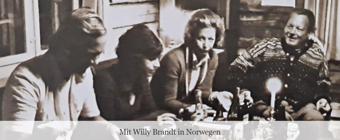 Uwe-Karsten Heye mit Willy Brandt in Norwegen