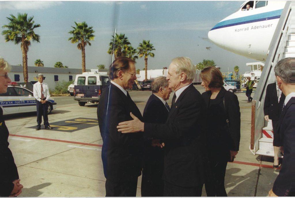 Rudolf Dreßler empfängt Bundespräsident Johannes Rau auf dem Flughafen Tel Avi