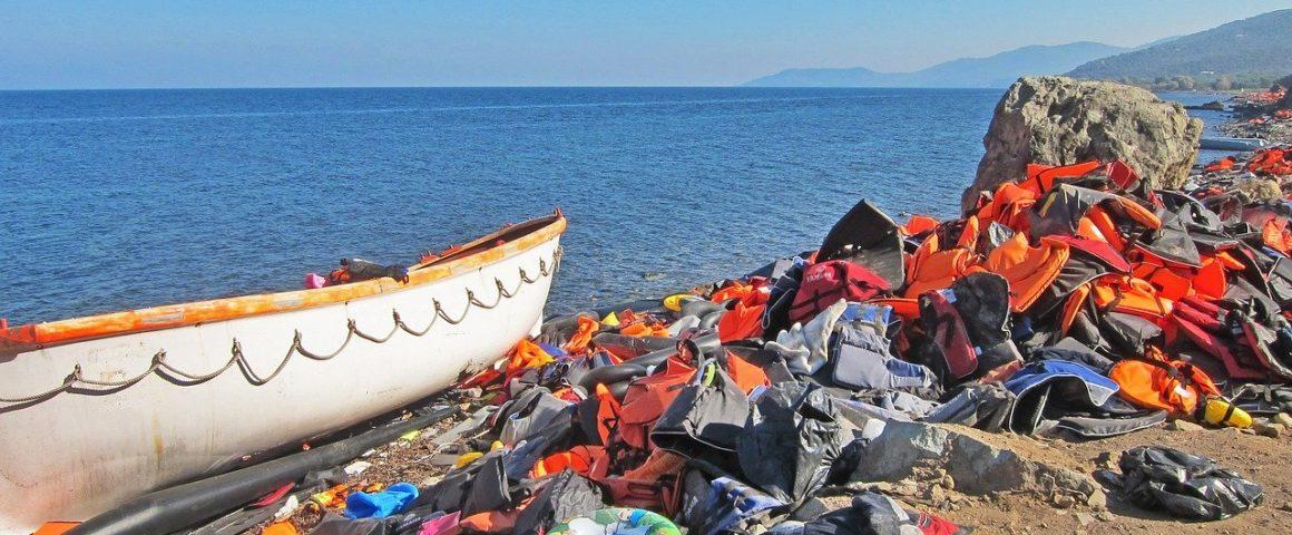 Flüchtlingsboot und Schwimmwesten an Griechenlands Küste