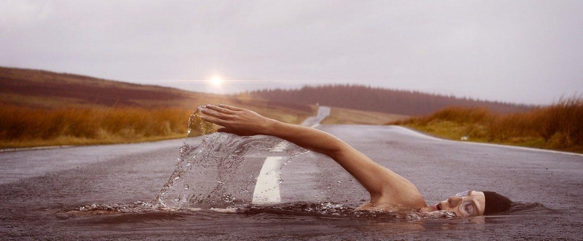Schwimmer auf Strasse