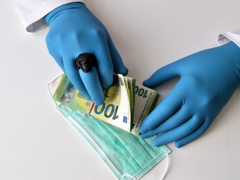 Gesichtsmaske und Geld
