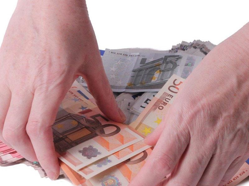 Hände greifen nach Geld