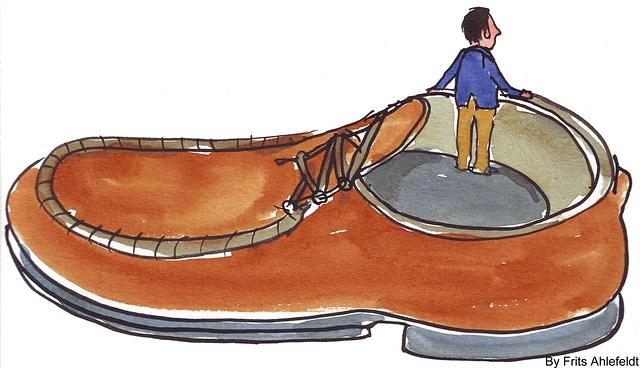 Mann in großem Schuh