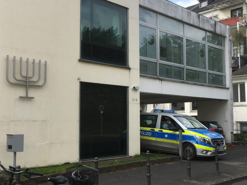 Polizeiwagen neben der Synagoge Bonn