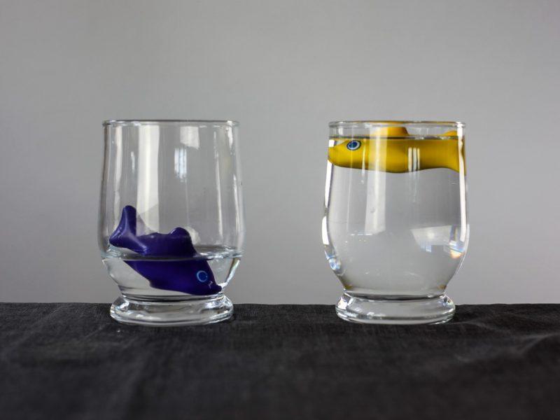 2 Wassergläser mit Fischen