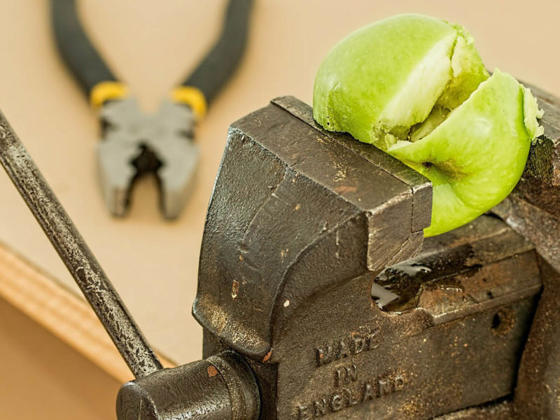 Apfel im Schraubstock