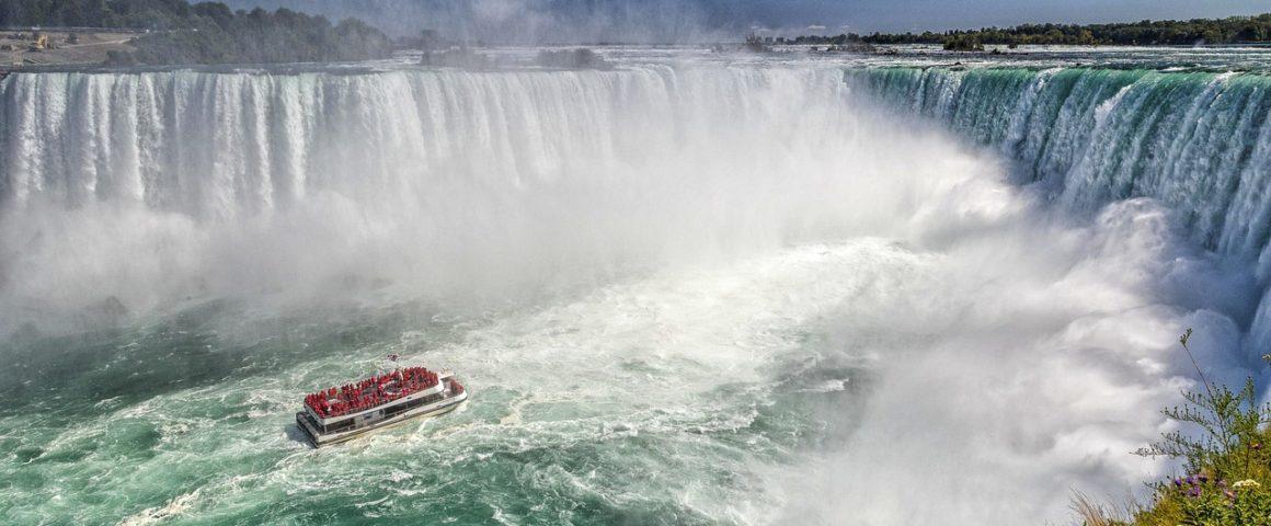 Boot am Wasserfall