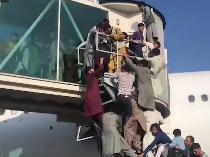 Verzweifelte Menschen versuchen in Kabul in die letzten Flugzeuge zu kommen