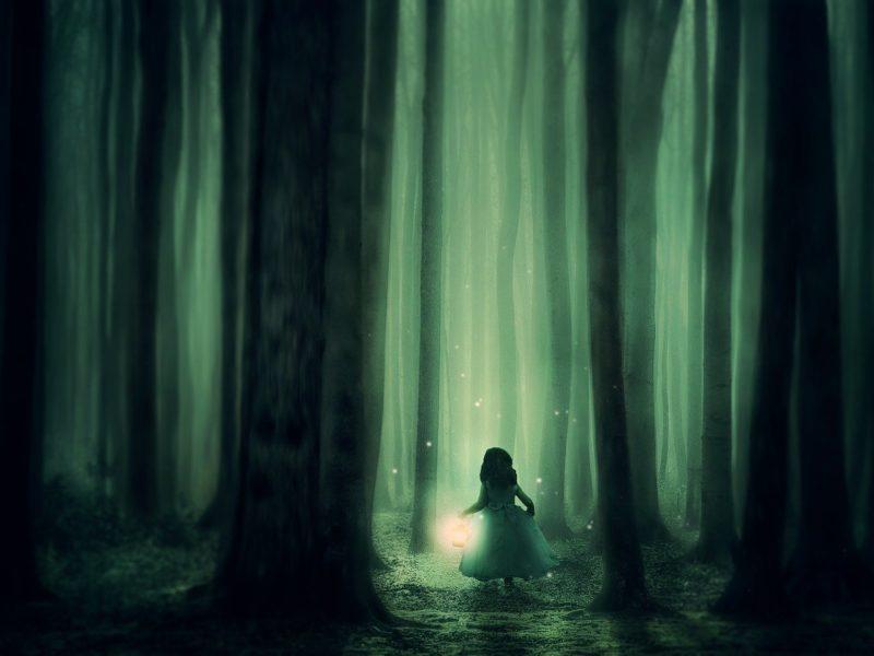 Kleines Mädchen im Wald