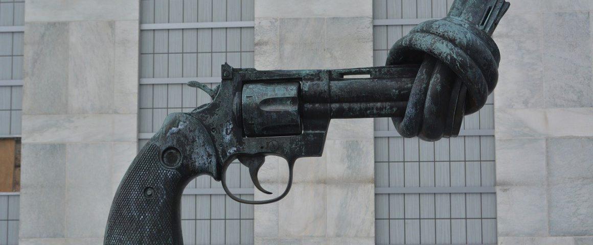 Skulptur gegen gewalt vor den Vereinten Nationen in New York