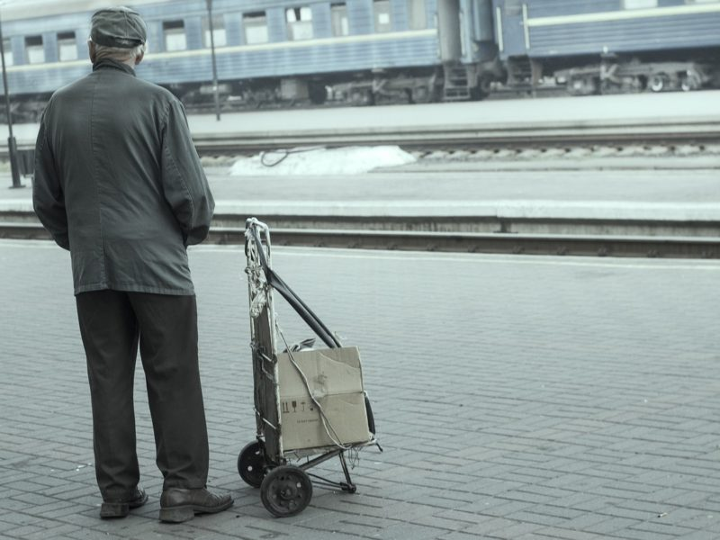 Rentner am Bahnhof