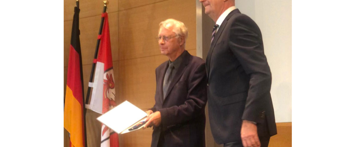 Uwe-Karsten Heye und Ministerpräsident Woidke bei der Urkundenübergabe