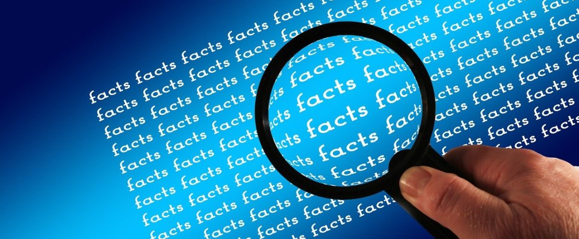 """Vergrößerungsglas über Schriftzug """"facts"""""""