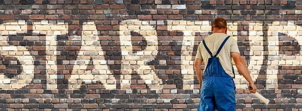 """Mauer mit Schriftzug """"Startup"""""""